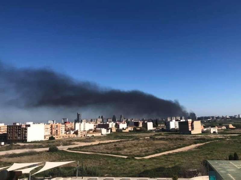 Columna de humo por el incendio