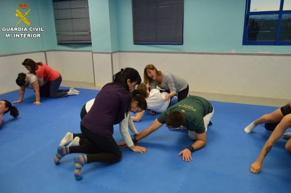 Las mujeres en una de las clases prácticas del curso de defensa personal. EPDA