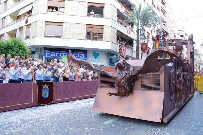 Dansa, teatre i música s?integraven amb carrosses, exhibicions i el pas dels festers.