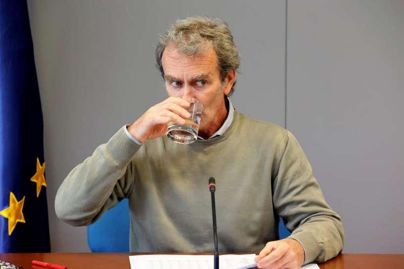 El director del Centro de Coordinación de Alertas y Emergencias Sanitarias, Fernando Simón (d), ofrece una rueda de prensa para informar sobre el seguimiento de la pandemia, este jueves en el Ministerio de Sanidad, en Madrid. EFE/Zipi