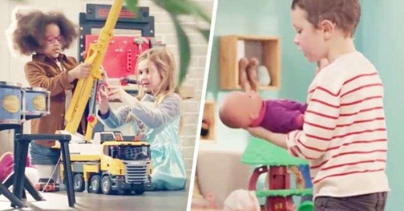 Niños y niñas juegan con juguetes