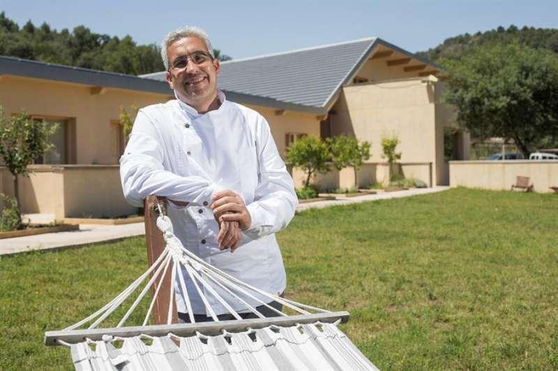 Juanma Urbán, cocinero y copropietario del complejo de turismo rural Mar de Fulles de Alfondeguilla (Castellón), ya en funcionamiento con los protocolos de protección frente al COVID19, en uno de los jardines del hotel. EFE/Domenech Castelló