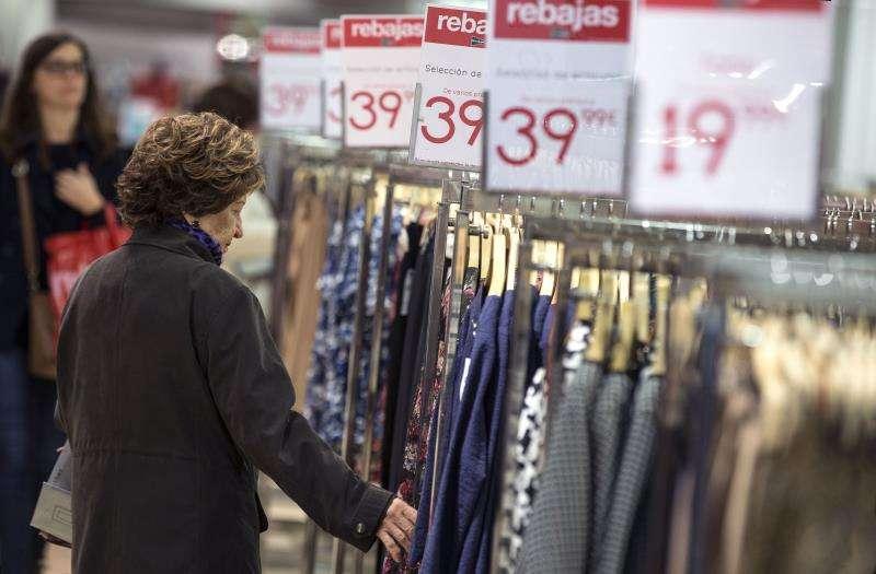 Una mujer echa un vistazo a una blusa en unos grandes almacenes de Valencia en rebajas de invierno. EFE/Archivo