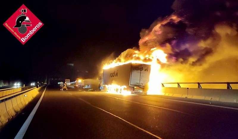 Momento del incendio, en una imagen del Consorcio Provincial de Bomberos de la Diputaci�n de Alicante.