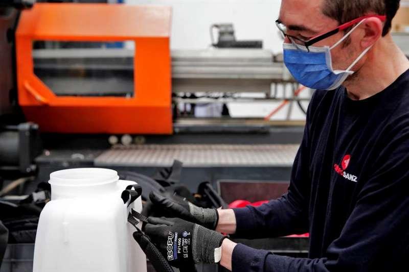 Un trabajador de la empresa Grupo Sanz elabora una mochila para luchar contra el coronavirus. EFE/Manuel Bruque
