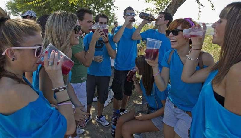 Varios jóvenes consumiendo bebidas alcohólicas en un botellón.EFE/Archivo