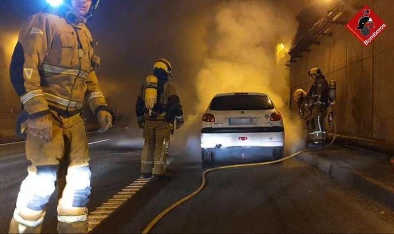 Los bomberos tratan de apagar el vehículo incendiado dentro de un túnel, en una imagen facilitada por el Consorcio Provincial de Alicante. EFE