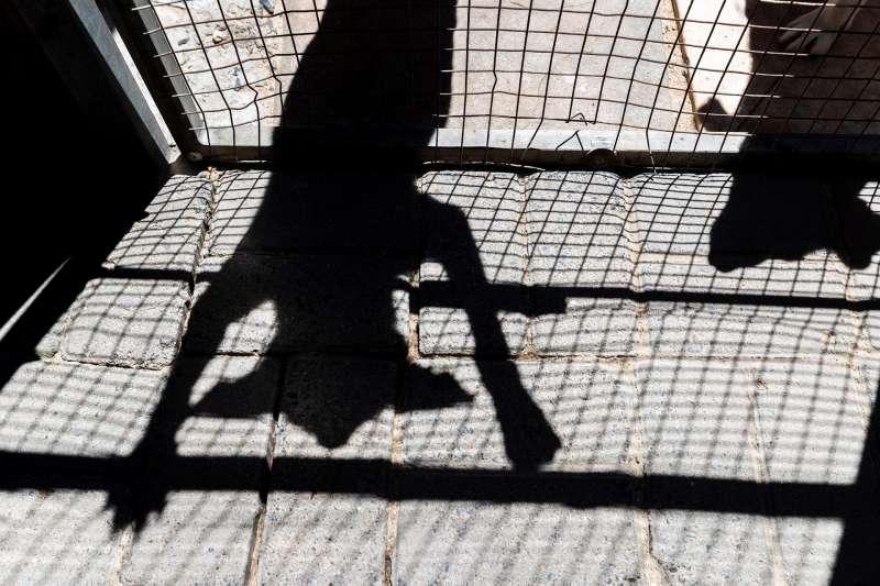 Imagen de la sombra de un perro en una perrera. EFE