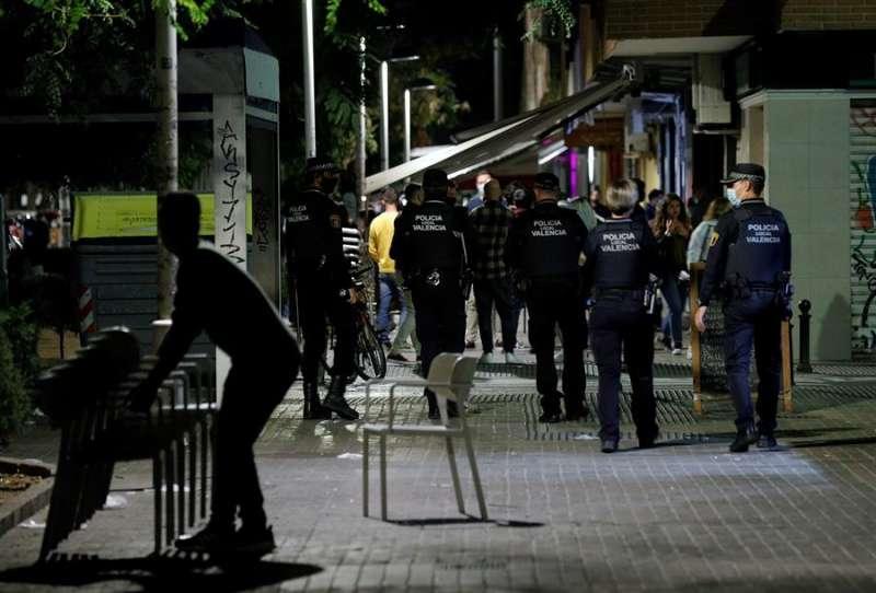 Agentes de la Policía Local de Valencia recorren las terrazas de una conocida zona de ocio de València. EFE/Manuel Bruque/Archivo