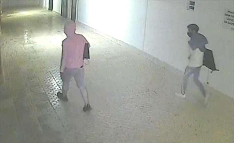 Imagen de dos sospechosos en cámara de seguridad.
