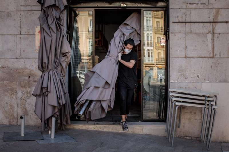 Un trabajador monta la terraza de una cafetería en Valencia. EFE