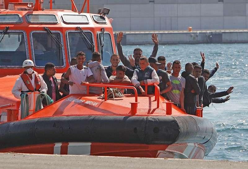 Imagen de archivo de la llegada de 25 inmigrantes al puerto de Alicante tras ser localizados en una patera. EFE/MORELL