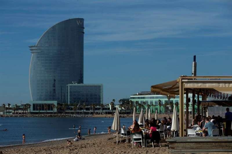 Terrazas en la playa de Barcelona ayer.