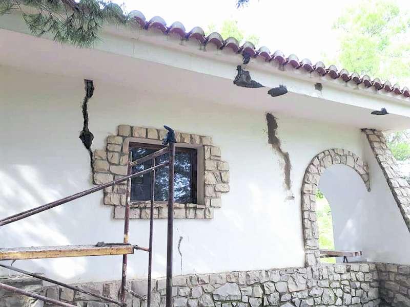 Obras de reforma en la fachada del refugio