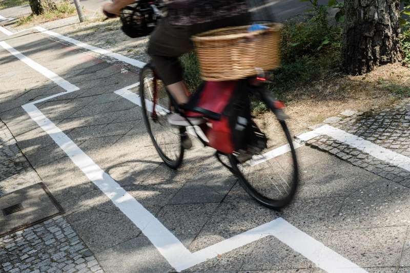 Una mujer monta en bicicleta por un carril bici. EFE