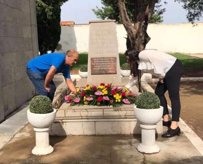 El alcalde y la concejala colocan flores en el monumento. EPDA