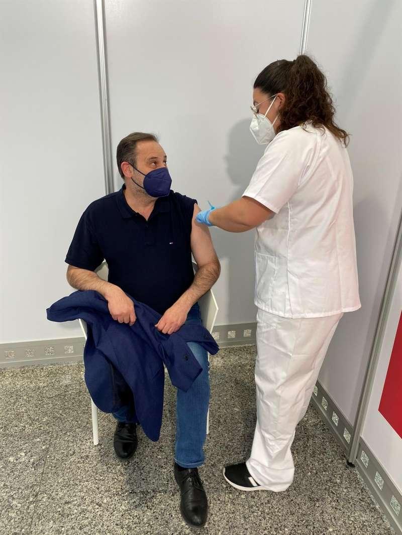 El ministro José Luis Ábalos vacunándose en Valencia.