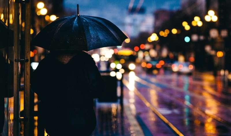 Persona con paraguas / EPDA