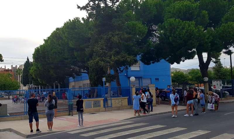 Madres y padres esperando la salida de los alumnos.