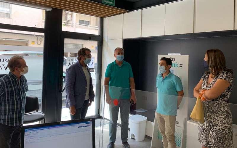 El diputado de Hacienda, Vicent Mascarell, visita junto al alcalde, Manolo Civera, las instalaciones. / EPDA