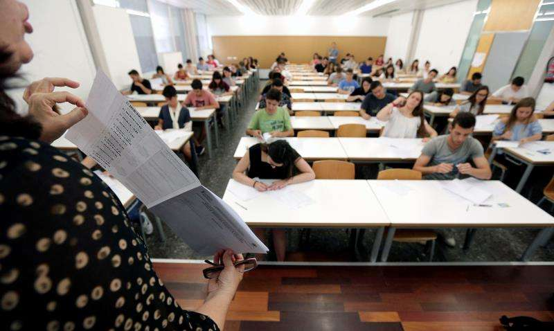 Una profesora explica cómo rellenar los exámenes a los estudiantes  EFE/Archivo