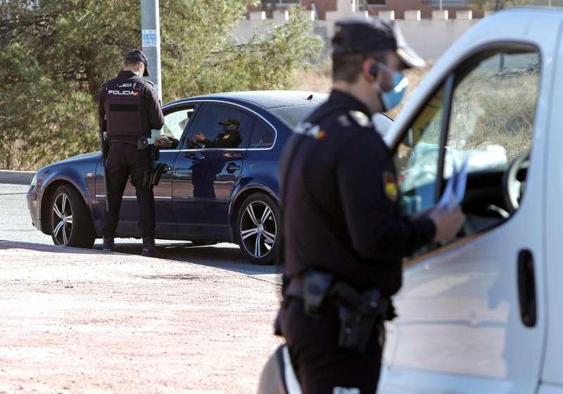 Agentes de la Policia Local realizan un control en el acceso a la ciudad de Alicante.