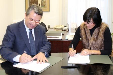 Imagen del diputado de Turismo, Sanjuán, y alcaldesa de Chelva, García. FOTO: DIVAL