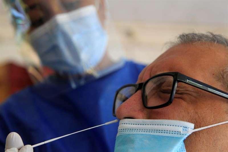 Un hombre se realiza una prueba para detectar la covid-19. EFE