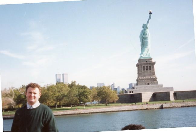 El Murgui más reivindicativo junto al símbolo de la libertad. FOTO EPDA