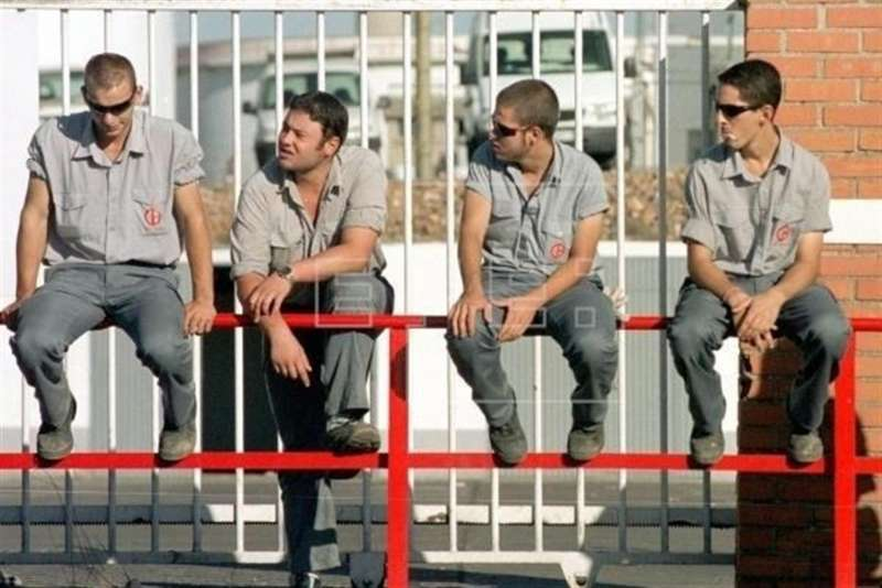 Cuatro jovenes trabajadores de una empresa . EFE