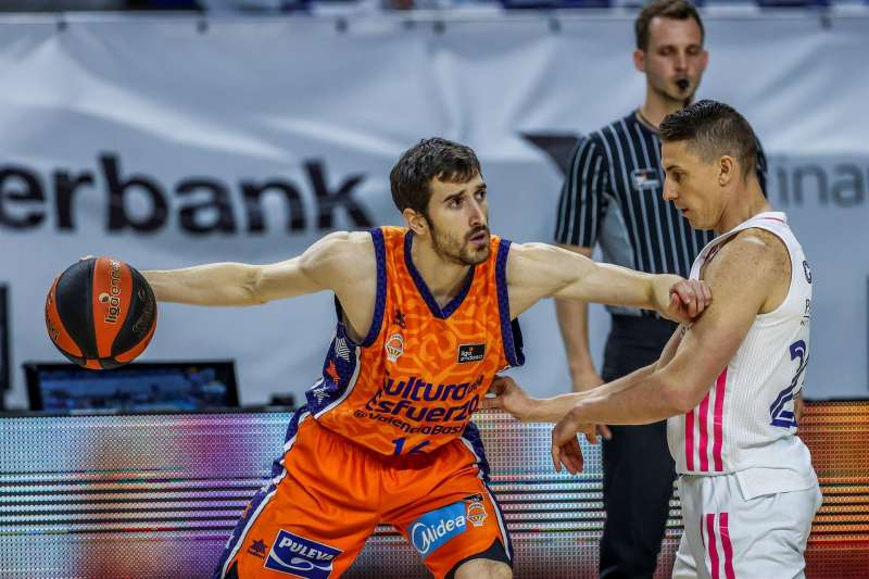 Basket Guillem Vives (i) lucha por el balón ante un rival, en un partido reciente.