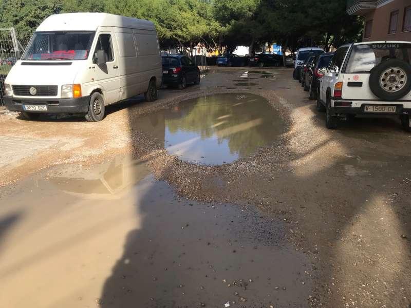 Barrizales tras las lluvias en la calle Josep Codoñer de Massanassa.