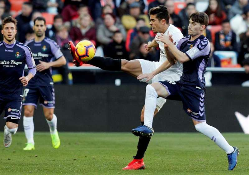 Gabriel Paulista, disputa el balón con el delantero del Valladolid Toni Villa, durante el partido de la pasada temporada en Mestalla. EFE