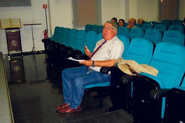 Sancho, secretario municipal, que también interviene como vecino en los plenos de Canet. FOTO P. V.
