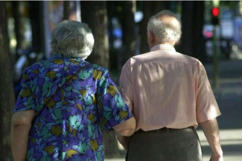 Dos ancianos paseando por la calle. EPDA
