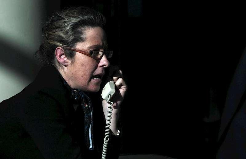 Una persona hablando por un teléfono fijo.EFE/Archivo