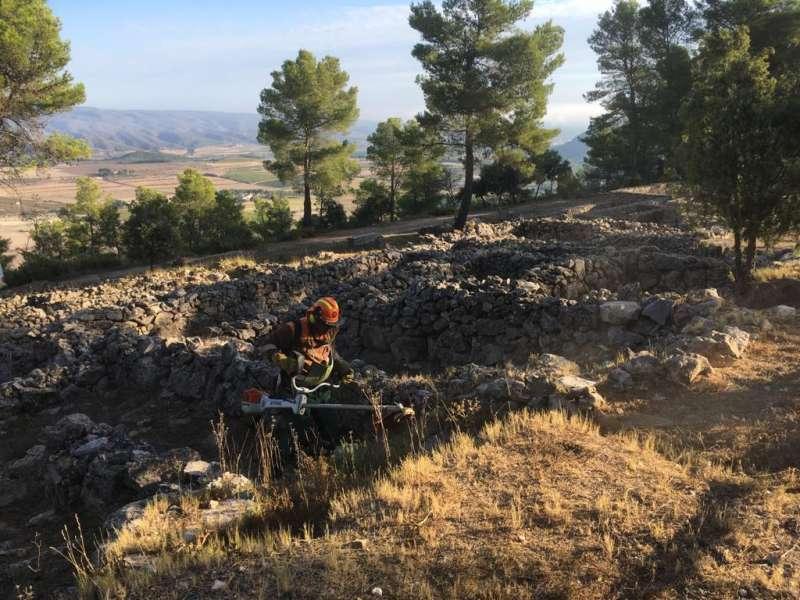 Las brigadas forestales de la Diputació acondicionan el entorno del poblado íbero de la Bastida de les Alcusses