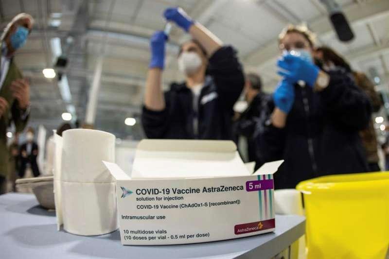 Personal sanitario prepara vacunas de AstraZeneca.