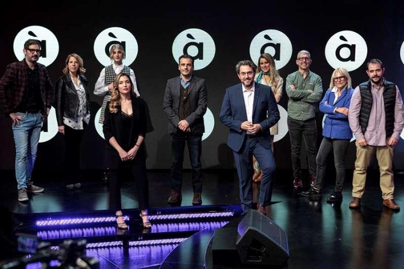 El director general de À Punt Media, Alfred Costa (5i), en la foto de familia durante la presentación de los nuevos estrenos de enero en À Punt