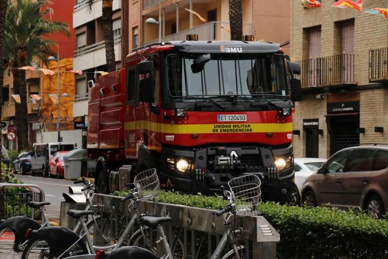 Vehículos desinfectando los espacios públicos. EPDA