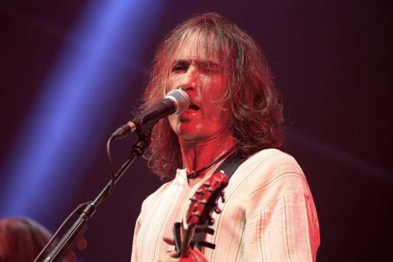El cantante y compositor Robe Iniesta durante un concierto. EFE/Víctor Lerena