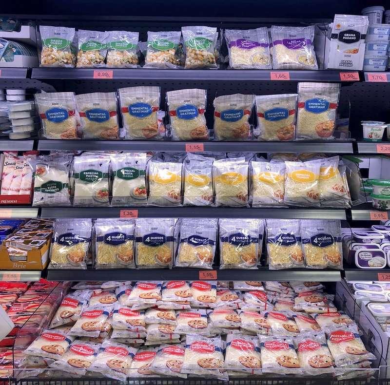 Lineal de quesos rallados en Mercadona. epda