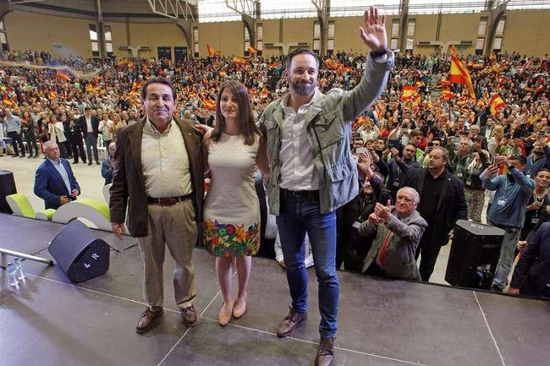 El líder de Vox, Santiago Abascal (d), acompañado, entre otros, de la portavoz del partido en Les Corts Valencianes, Ana Vega, durante un acto en Alicante. EFE/Morell/Archivo