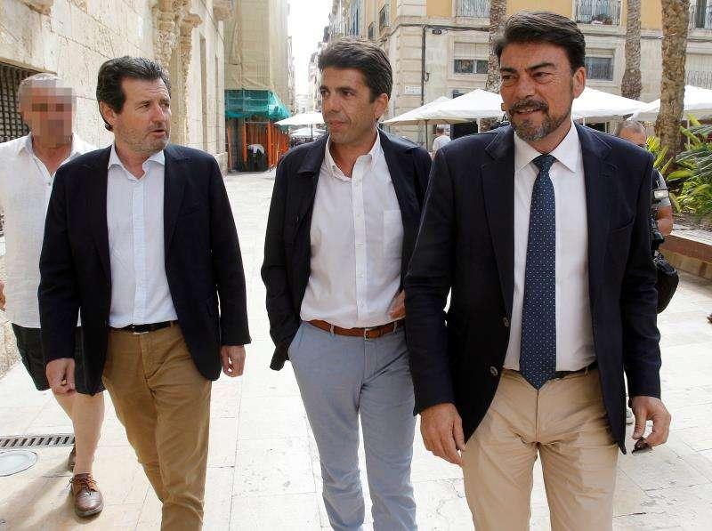 Los representantes del PP Luis Barcala (d), Carlos Mazón (c), y José Císcar llegan al ayuntamiento de Alicante.
