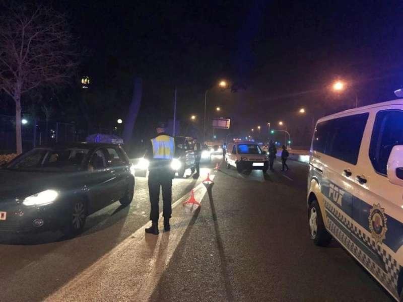 Foto cedida por la Policía Local de Alicante de una de las actuaciones nocturnas para el cumplimiento de las restricciones por la covid y para prevenir fiestas y botellones.