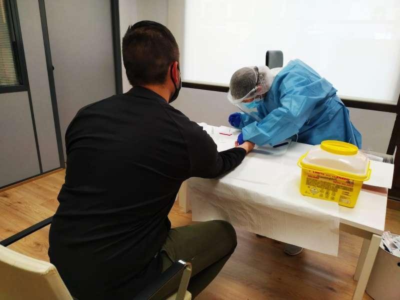 Un sanitario realizando una prueba a un paciente. / EFE