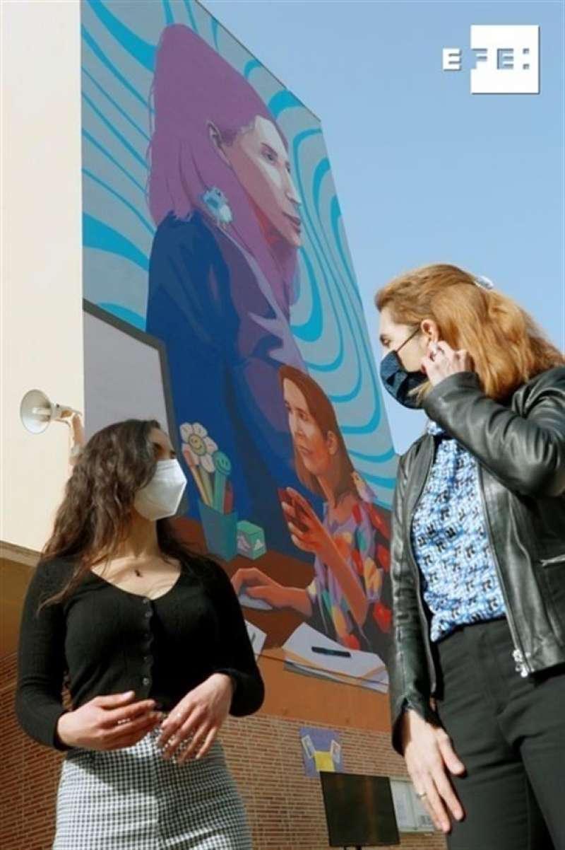 La científica y doctora en Inteligencia Artificial, Nuria Oliver (d) , junto a la artista Alicia López