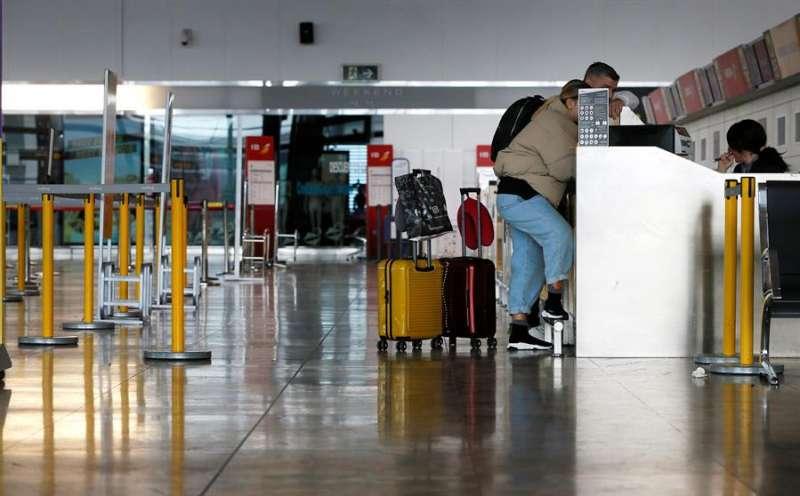 Dos viajeros consultan en una zona de facturación del aeropuerto de Alicante-Elche. EFE/Archivo