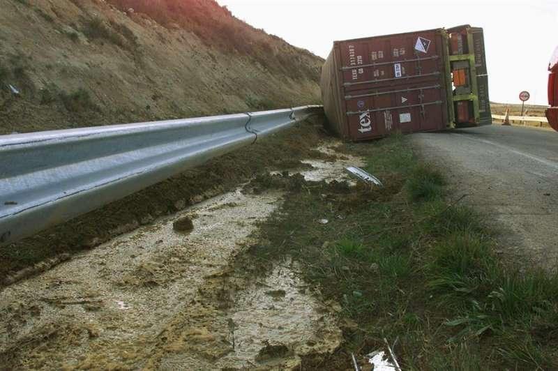 Un camión volcado en la carretera N-330. EFE
