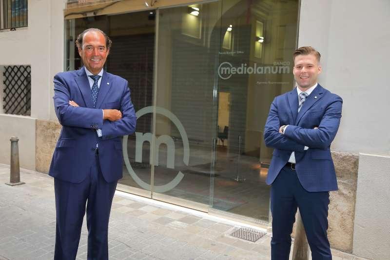 Joaqui?n Maldonado (izq). Responsable de Banco Mediolanum de la Comunidad Valenciana y Jose? Javier Blasco (der). Family Banker en Utiel Requena